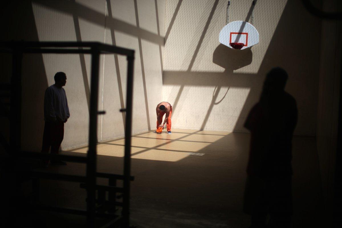 施設内のバスケットボールコートを利用する拘留者